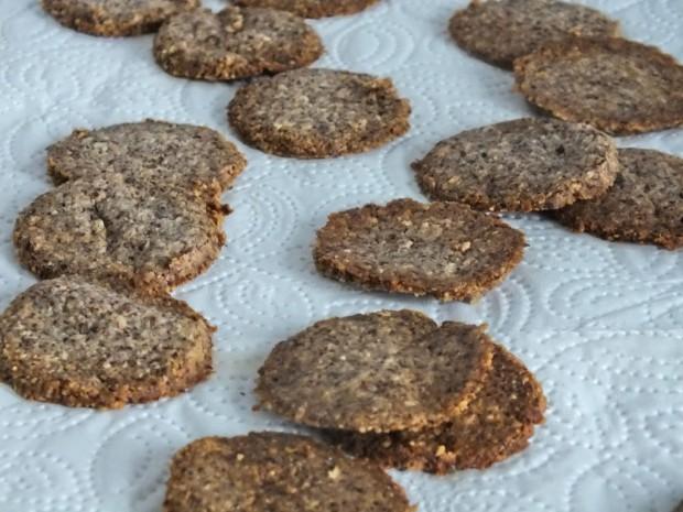 Kekse auf Küchenpapier