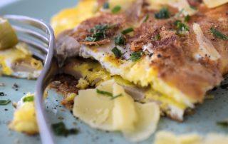 Ein saftiges Frühstücksomelette mit Käse