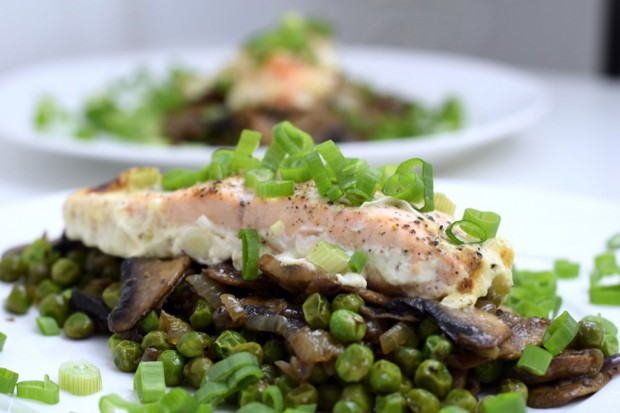Lachs auf kunterbuntem Gemüse