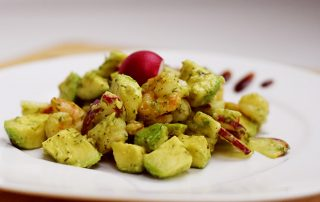 Salat mit Garnelen und Avocados