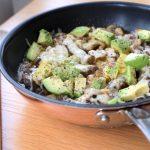 Low Carb Pfannengericht mit Rindfleisch und Avocado