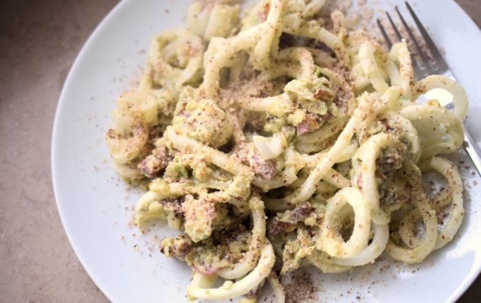 Rettich-Nudeln mit Avocado-Kräuter-Salami-Sauce Foodblog München