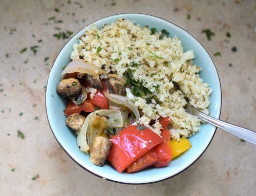 Mediterrane Antipasti Bowl mit Reis (Low Carb)