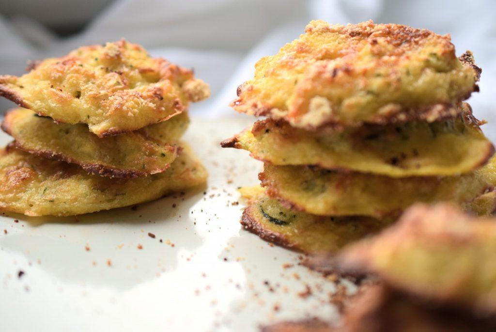 Dein Low Carb Snack für das Büro: Zucchini-Taler