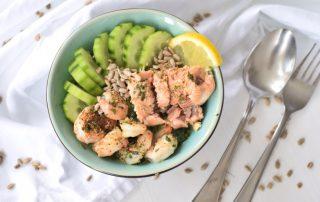 Low Carb Bowl mit Lachs, Garnelen und Spinat Rezept