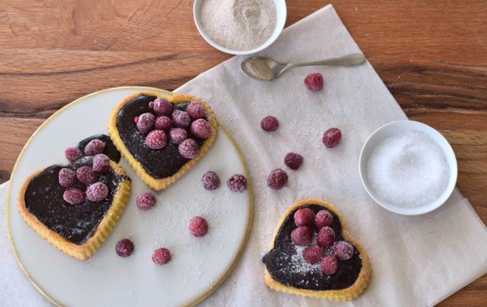Low Carb Biskuittörtchen mit Schokopudding und Beeren Rezept