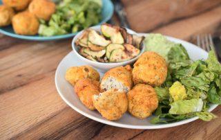 Low Carb Chicken Nuggets mit knusprigen Zucchinichips