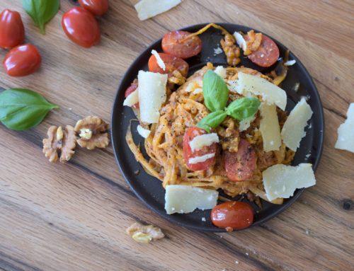 Anzeige | Rettichnudeln mit Allos Hof-Pesto Tomate-Walnuss