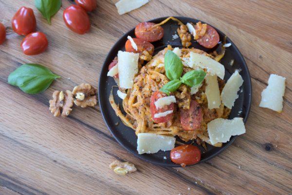 Rettichnudeln mit Allos Hof-Pesto Tomate-Walnuss Rezept
