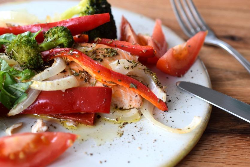 Folien-Lachs mit Gemüse aus dem Backofen mit Rezeptvideo Low Carb