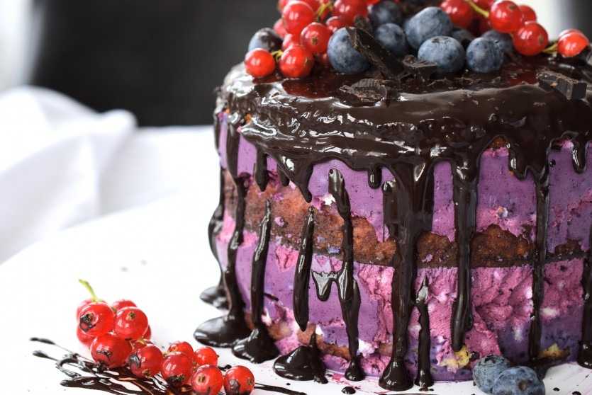 Rezept Low Carb Drip Cake mit Beeren-Creme und Schokolade