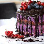 Low Carb Drip Cake mit Beeren Rezept einfach