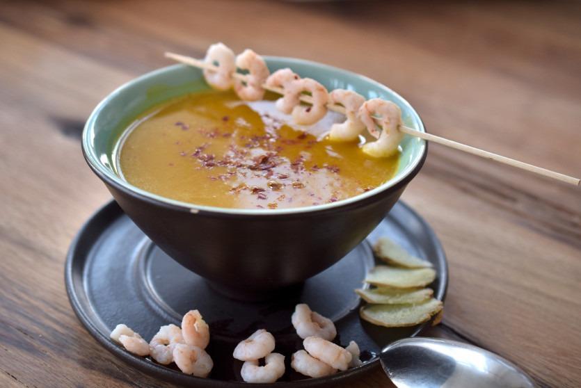 Low Carb Kürbissuppe mit Ingwer, Kokos und Garnelen