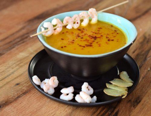 Scharfe Kürbissuppe mit Ingwer, Kokos und Garnelen