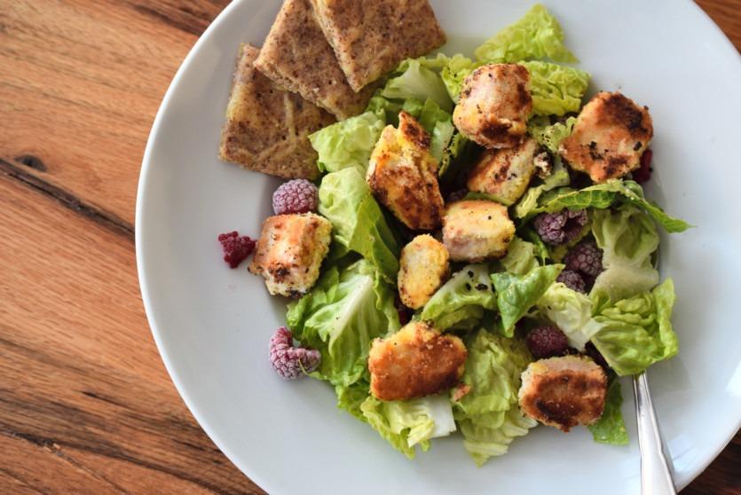 Salat mit Crispy-Coconut-Lachs | Schlank mit Keto