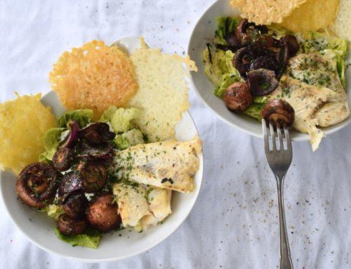 Salat mit Zanderfilet und dreierlei Käsechips