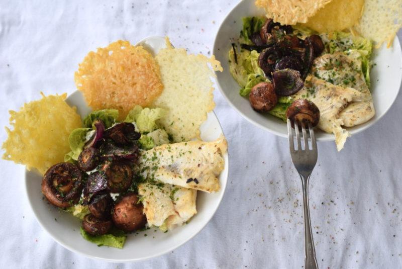 Salat mit Zanderfilet und dreierlei Käsechips Champignons Rezept