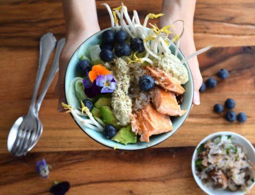 Köstliche grüne Bowl mit Konjakreis und Cashew-Dressing