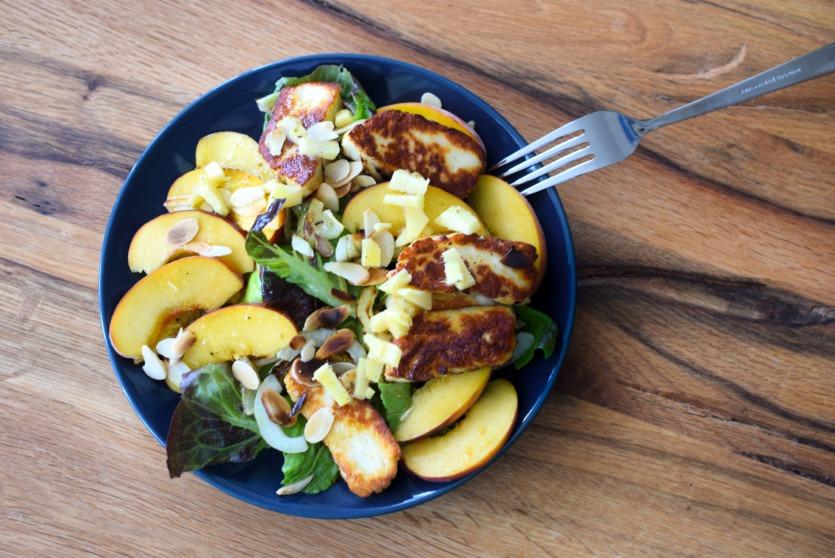 Sommersalat mit Pfirsich und Halloumi